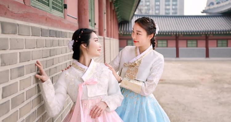 Wanita Korea dengan pakaian tradisi hanbok