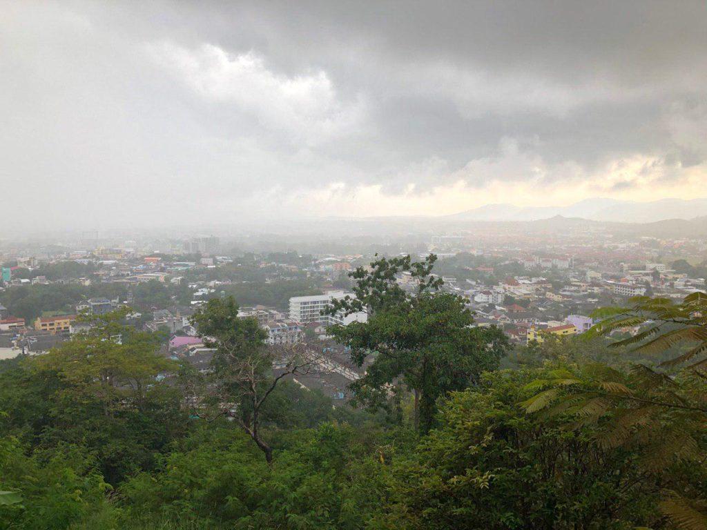 Pemandangan dari atas bukit di Tunk-Ka Cafe Phuket