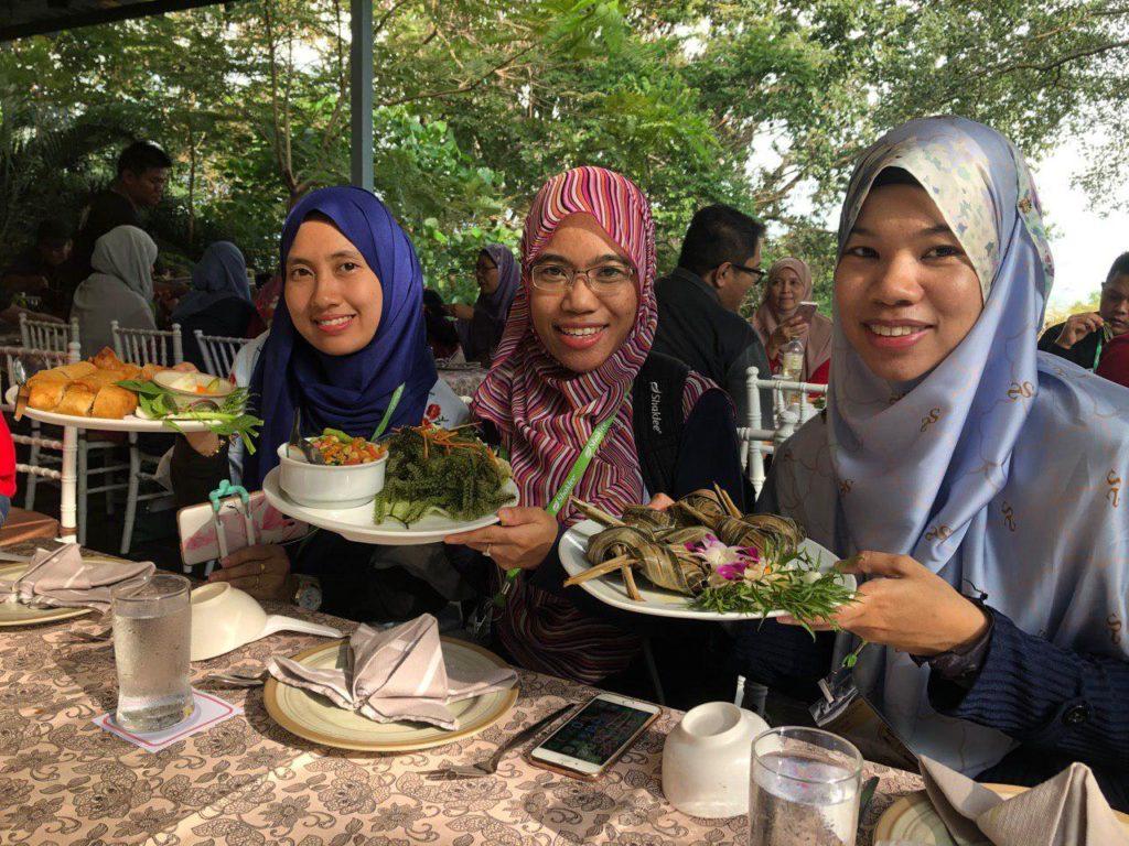 Team kami bergambar bersama makanan