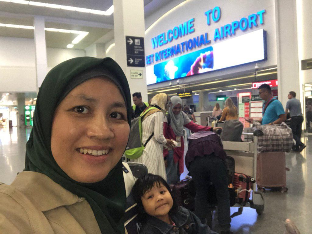 Mengabadikan kenangan dengan Sarah di Phuket international Airport