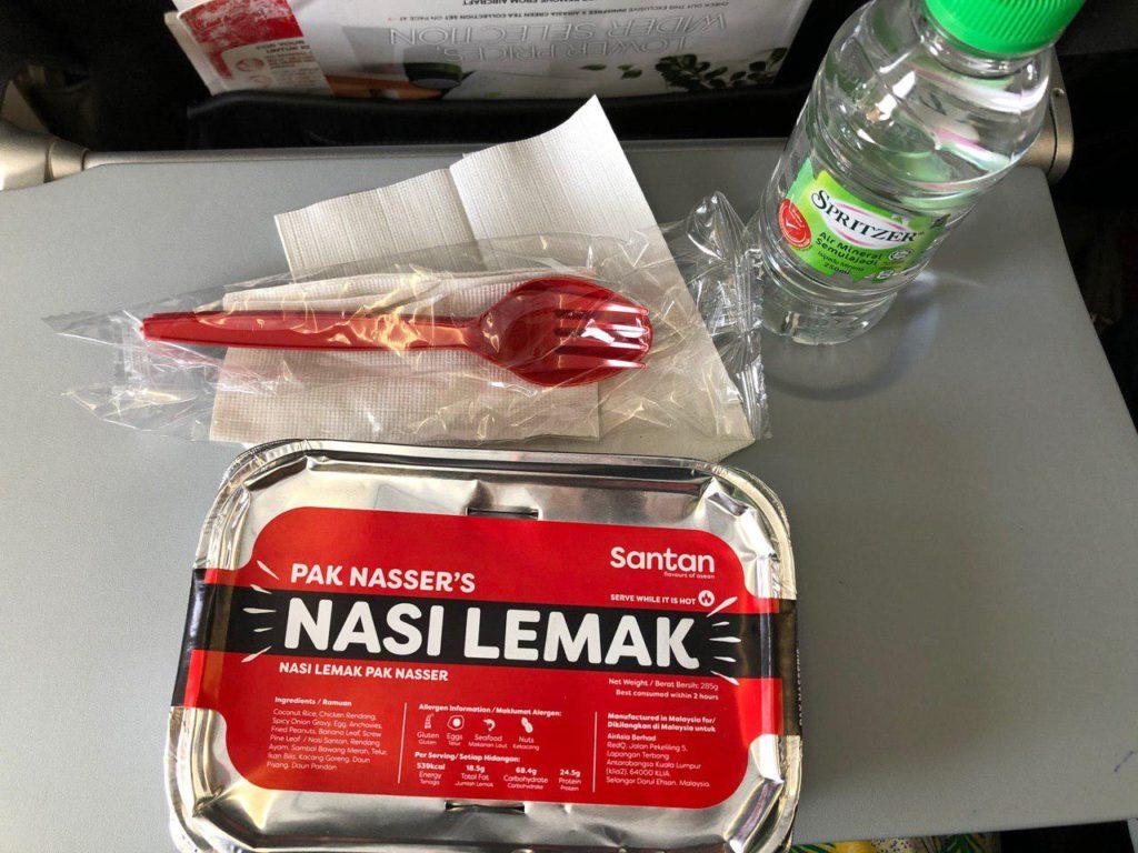 Hidangan nasi lemak Pak Naser di dalam flight Air Asia. Memang sedap