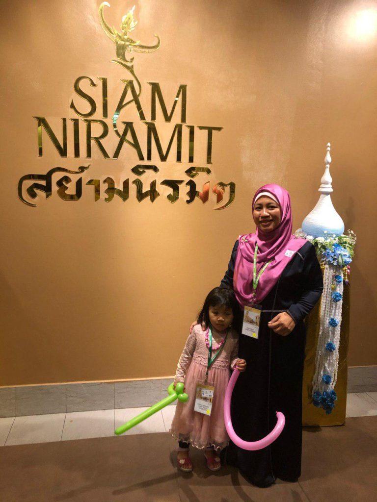 Malamnya kami dinner di Siam Niramit bersekali dengan tonton teater