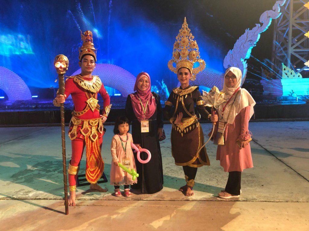 Saya bersama upline saya Master Zahirah bersama pelakon teater Siam Niramit