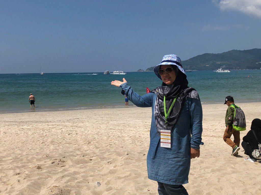 Bergambar kenangan di pantai Patong