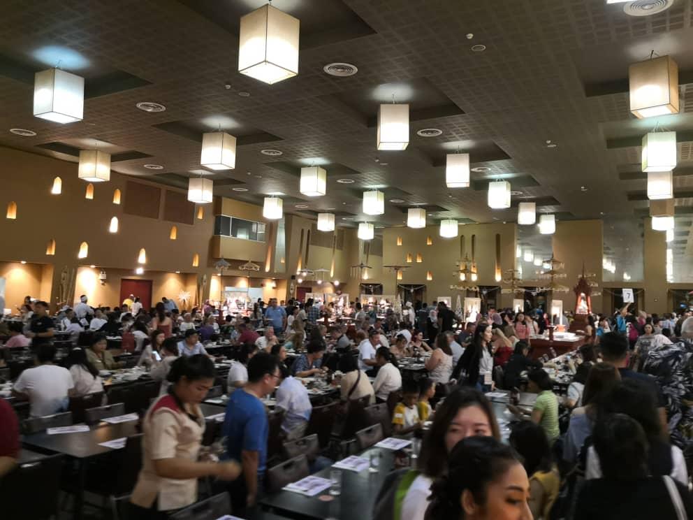Dewan makan sangat besar ya. Dan pelbagai hidangan disediakan