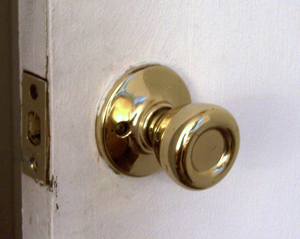 Virus corona pada pintu