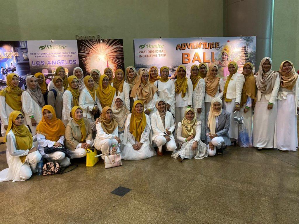 #TeamJutawan paling elegan dengan suit putih dan gold